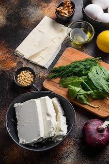 Ingrédients de la spanakopita grecque traditionnelle œufs d'épinards filo feta