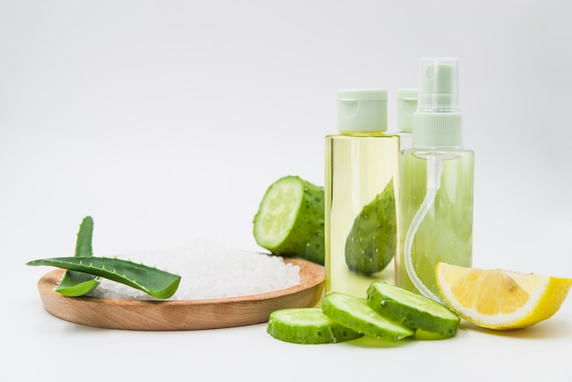 Ingrédients de spas naturels pour les soins de la peau et les traitements capillaires sur fond blanc