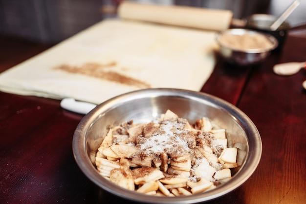 Ingrédients de strudel aux pommes sur table de cuisine en bois libre, personne. dessert sucré maison, préparation pâtissière