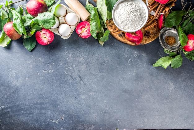 Ingrédients de la tarte aux pommes sur table en béton