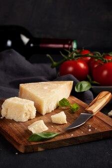 Ingrédients traditionnels de la cuisine italienne: parmesan, tomates, basilic, huile d'olive, vin rouge