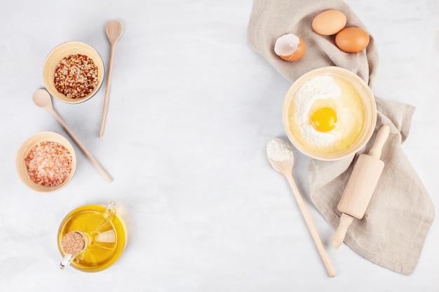 Ingrédients et ustensiles de cuisine pour la préparation de la pâte