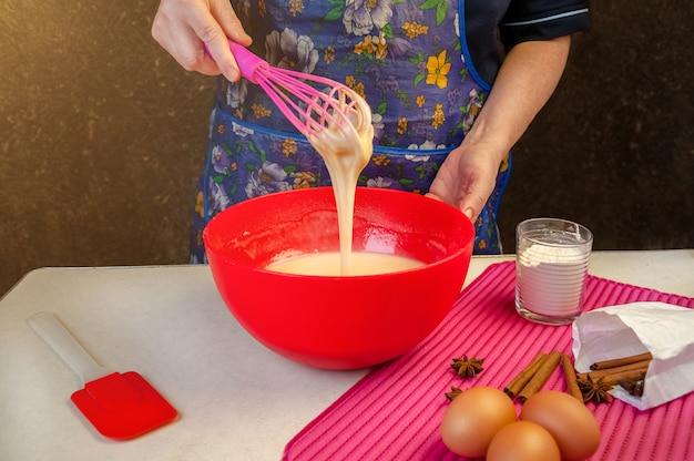 Ingrédients et ustensiles de cuisson pour la cuisson du gâteau éponge. gâteau éponge de cuisson. femme, mélange, pâte