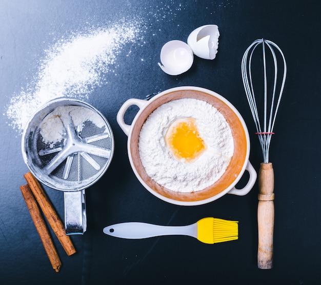 Ingrédients et ustensiles pour la cuisson sur le tableau noir, vue de dessus