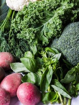 Ingrédients végétaliens sains et verts pour la cuisine. fond de divers légumes verts et herbes propres. produits du marché sans plastique