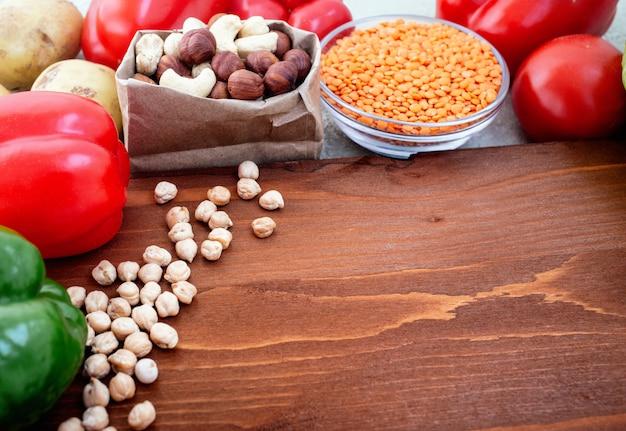 Ingrédients végétariens biologiques sur une planche à découper