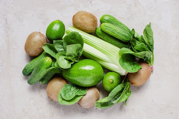 Ingrédients verts frais pour un plat sain sur la table