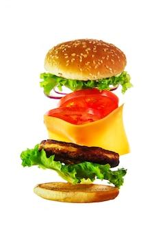 Ingrédients volants pour un hamburger fait maison.