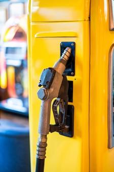 Injecteur de carburant sur la pompe à essence jaune