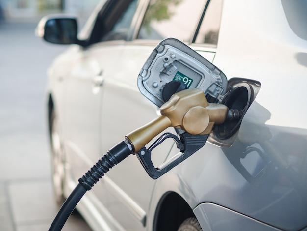 Injecteur de carburant pour ravitailler une voiture à la station-service