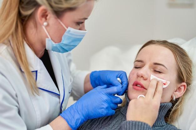 Injection de botox cosmétique dans le visage féminin