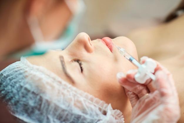 Injection cosmétique dans le salon spa.