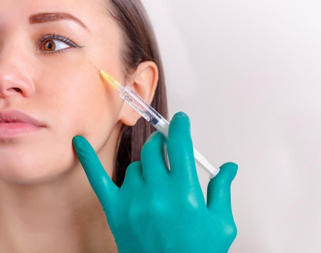 Injection cosmétique du joli visage féminin