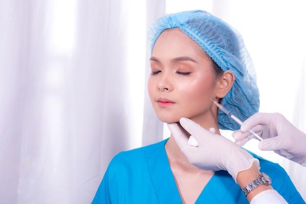Injection de démonstration en position pour des chirurgies faciales