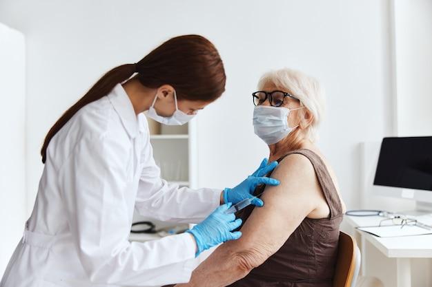 Injection de drogue de sécurité d'immunisation de docteur féminin