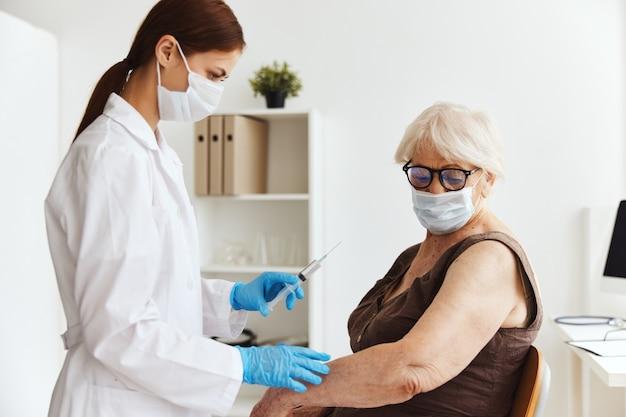 Injection de médicament de passeport de vaccin patient