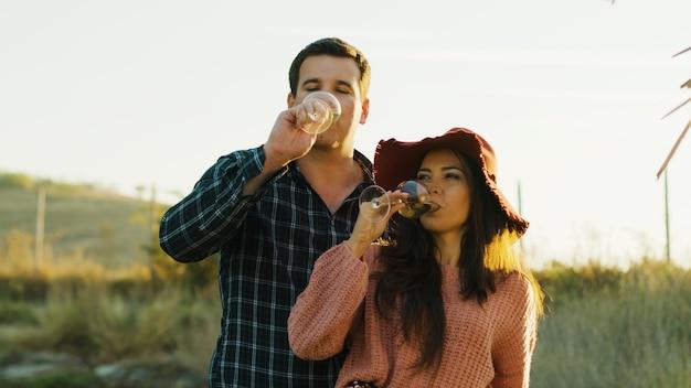 Inlove couple caucasien dégustant un délicieux vin blanc au soleil des vers.