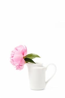 Innocence Et Délicatesse Concept Minimaliste De La Saint-valentin, Une Seule Fleur De Pivoine Rose Dans Un Petit Vase Sur Une Surface Blanche, Concept De Sensualité Et De Féminité Photo Premium