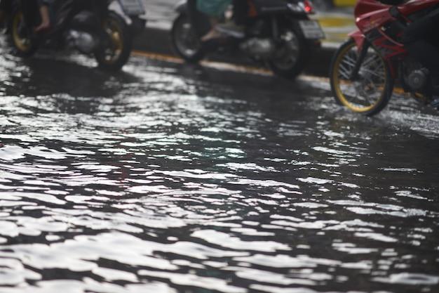 Inondation sur une voie publique et motos dans un embouteillage