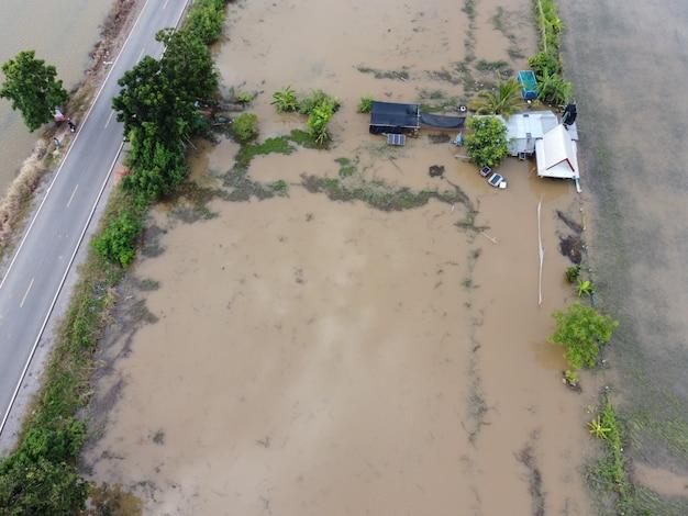 Inondations dans les communautés rurales de thaïlande causées par des tempêtes provoquant la poursuite des fortes pluies