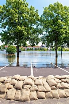 Inondations à magdebourg, allemagne, . les sacs de sable protègent contre l'eau