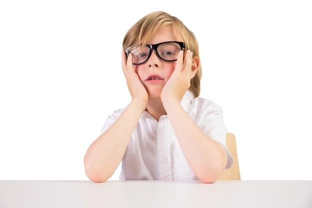 Inquiet étudiant assis avec des lunettes