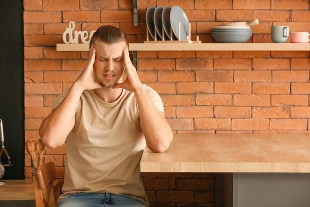 Inquiet jeune homme dans la cuisine