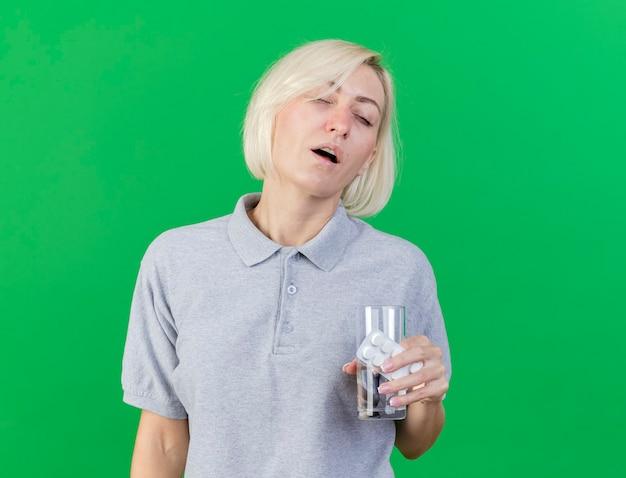 Insatisfait jeune femme blonde malade slave