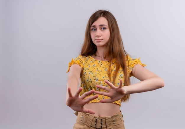 Insatisfait jeune fille qui s'étend les mains sur un mur blanc isolé avec copie espace
