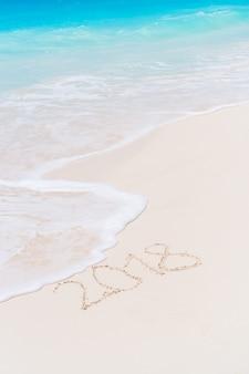 Inscription 2018 écrite sur la plage de sable fin, carte de voeux de nouvel an.