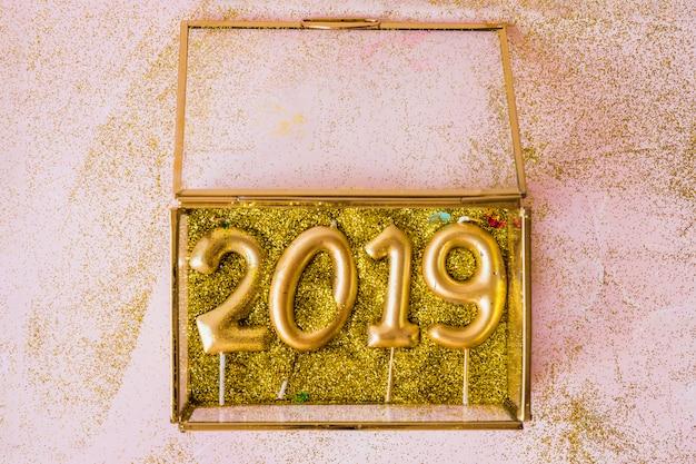 Inscription 2019 de bougies dans une boîte