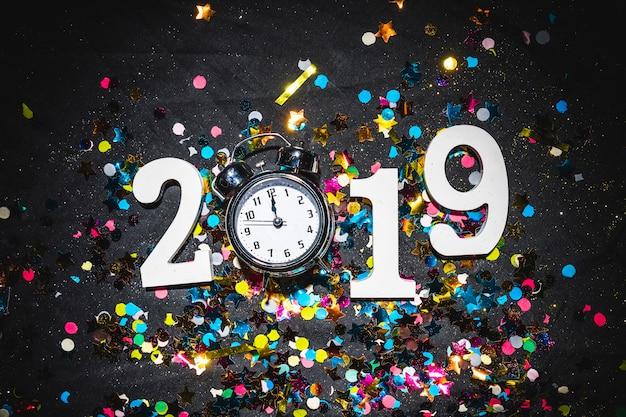 Inscription 2019 avec horloge sur table