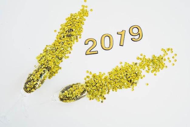 Inscription 2019 avec paillettes éparses sur table