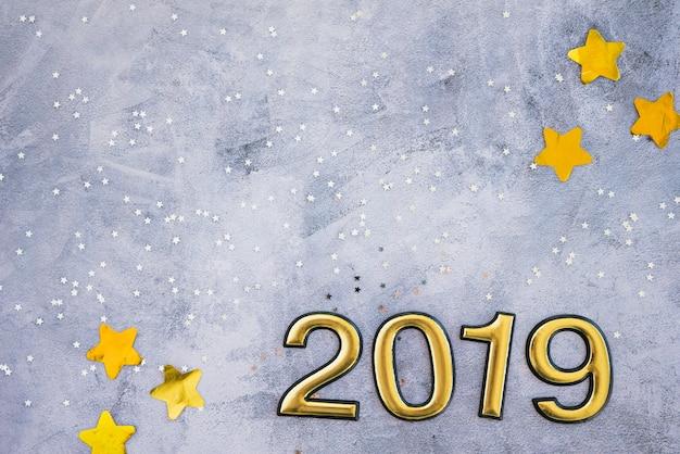 Inscription 2019 avec paillettes étoiles sur table