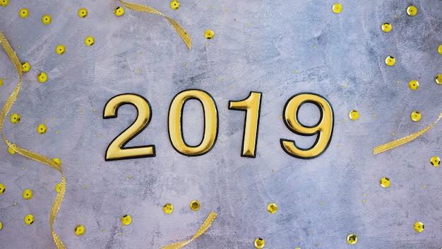 Inscription 2019 avec petites paillettes sur table