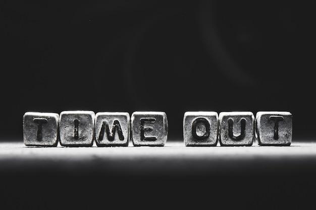 Inscription 3d sur les cubes de métal sur un fond gris noir close-up isolé