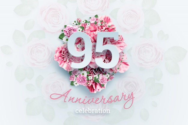 Inscription 95 chiffres et texte de célébration d'anniversaire sur les fleurs roses.