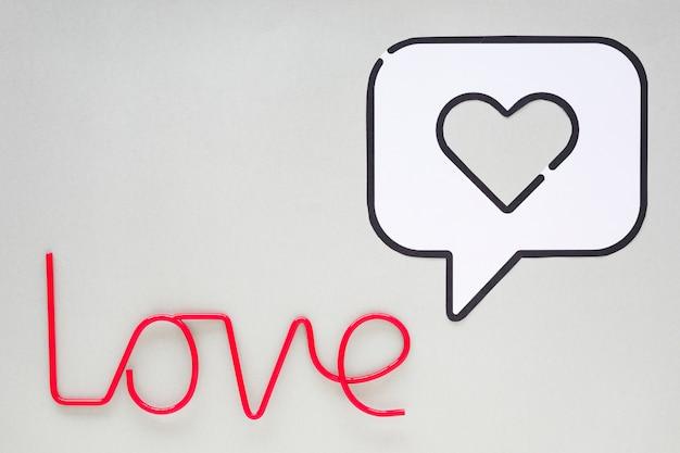 Inscription d'amour avec coeur en icône de discours bulle
