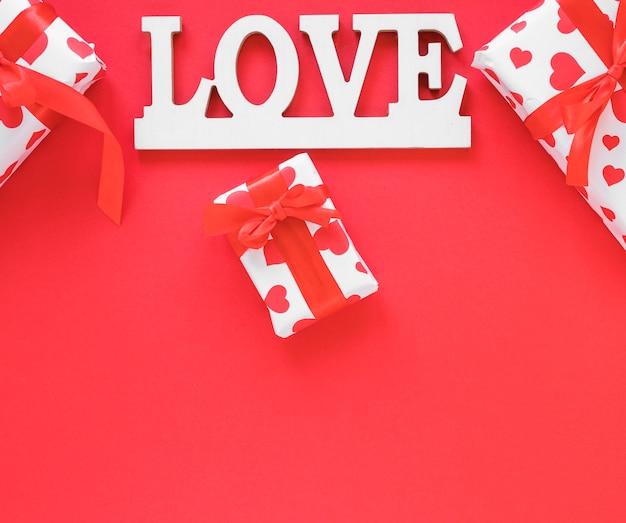 Inscription d'amour avec des coffrets cadeaux