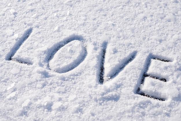 Inscription d'amour sur la neige