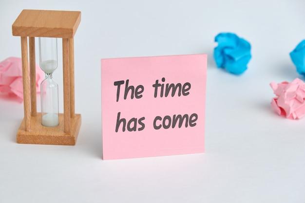 L'inscription sur l'autocollant le temps est venu comme concept le début d'une grande entreprise.