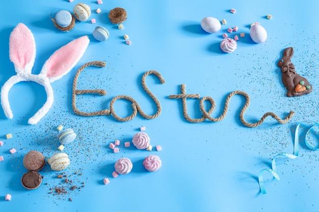 Inscription créative de pâques sur fond bleu.