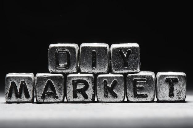 Inscription du marché de bricolage sur des cubes de métal dans un style grunge sur un fond noir ñ'ðµð¼ð½ð¾ ñ ðµñ € ñ ‹isolated isolé