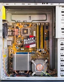 Inscription du vendredi noir brillant dans un boîtier d'ordinateur