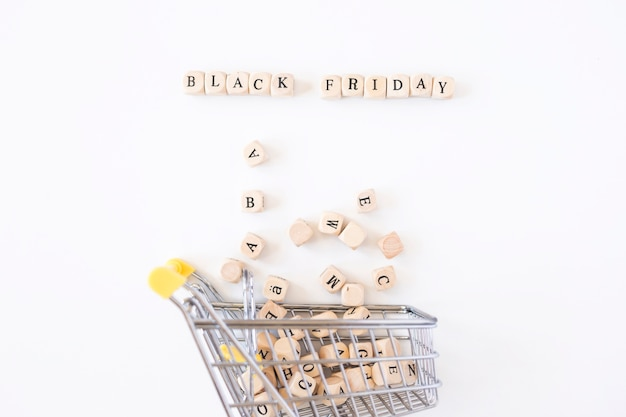 Inscription du vendredi noir sur des cubes avec un petit chariot d'épicerie