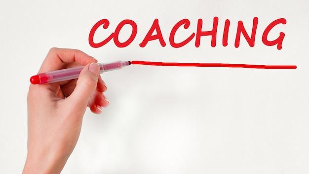 Inscription à l'écriture de la main gauche coaching avec marqueur de couleur rouge, concept, image stock