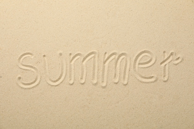 Inscription été sur sable de mer, vue de dessus