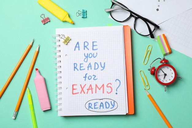 Inscription êtes-vous prêt pour les examens? prêt et stationnaire sur table de menthe, vue de dessus