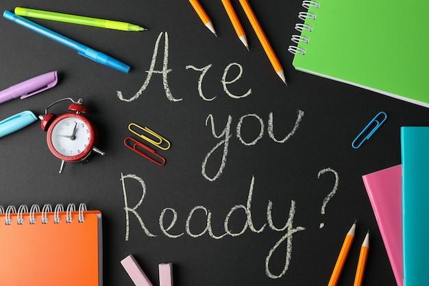 Inscription êtes-vous prêt pour les examens? et stationnaire sur la vue de dessus de la surface noire
