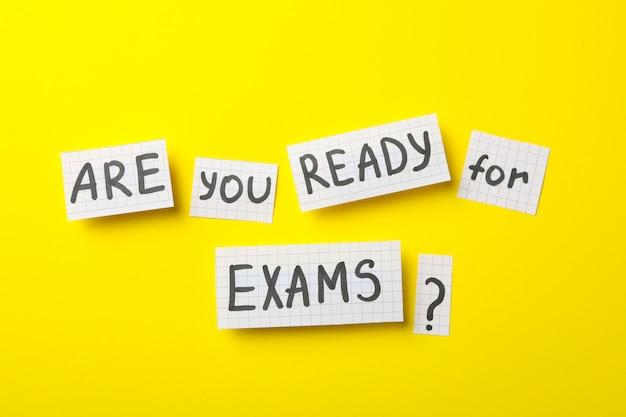 Inscription êtes-vous prêt pour les examens sur une surface jaune, vue de dessus
